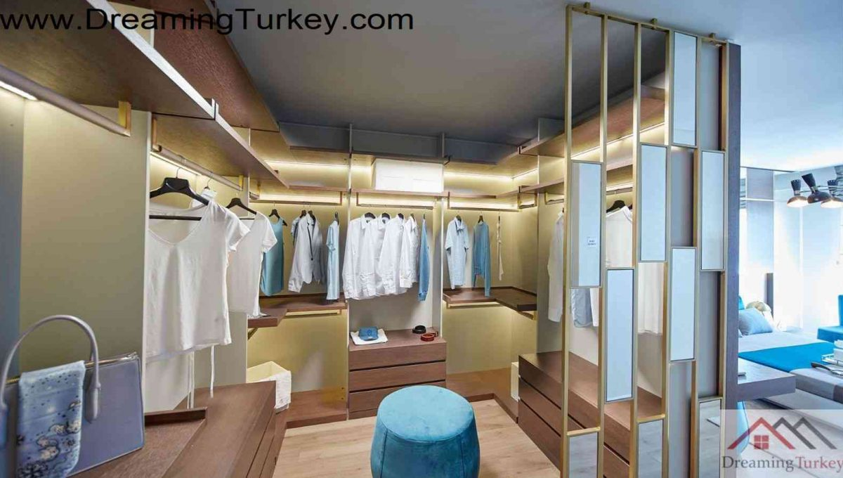 Dressing Room in a Complex with a Lake View in Istanbul