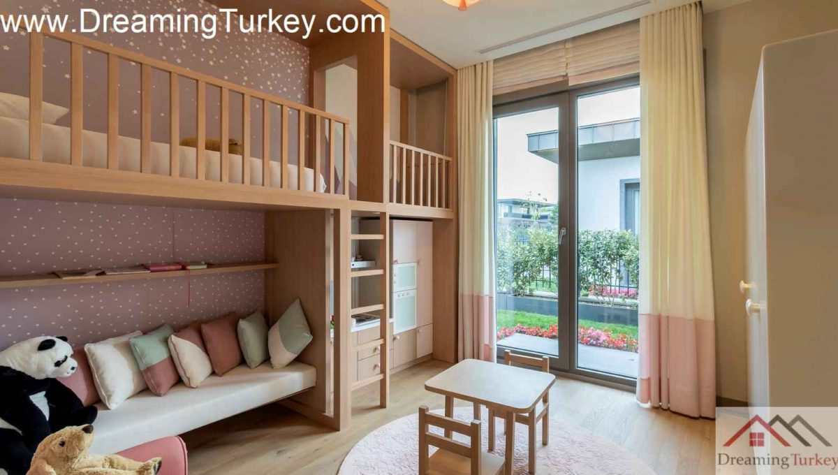 Bedroom Villa with a Lake View in a Complex in Istanbul 2